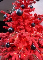 Sapin rouge Paris dec 2011.jpg