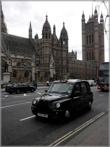 P1010232 London cab retouche liseret gris flou La plume.jpg